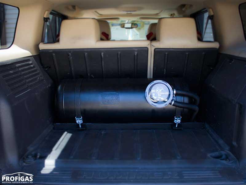 Hummer H3: по просьбе владельца за спинками второго ряда, в багажнике установили цилиндрический баллон объемом 70 л.Hummer H3: на прохання власника за спинками другого ряду, в багажнику встановили циліндричний балон об'ємом 70 л.