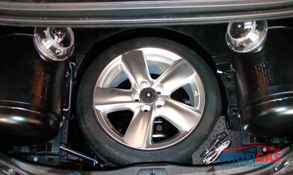 Lexus LS460: за арками задних колес расположились 2 баллонаLexus LS460: за арками задніх коліс розташувалися 2 балони