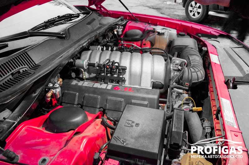 Dodge Challenger: основные компоненты ГБО смонтированы под капотом.Dodge Challenger: основні компоненти ГБО змонтовані під капотом.