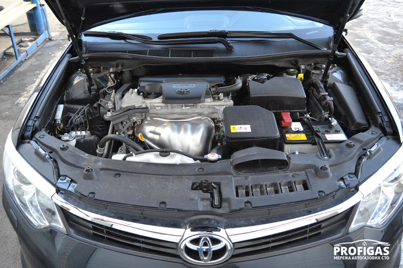 Toyota Camry: ГБО в подкапотной части.Toyota Camry: ГБО в підкапотній частині.