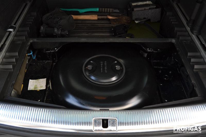 Audi AS7: пропан-бутановый баллон на 59 л.Audi AS7: пропан-бутановий балон на 59 л.