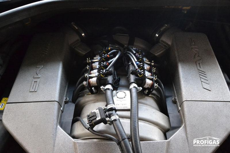 """MERCEDES ML63 AMG: отдельные рейки форсунок для каждой """"головы"""".MERCEDES ML63 AMG: окремі рейки форсунок для для кожної """"голови""""."""