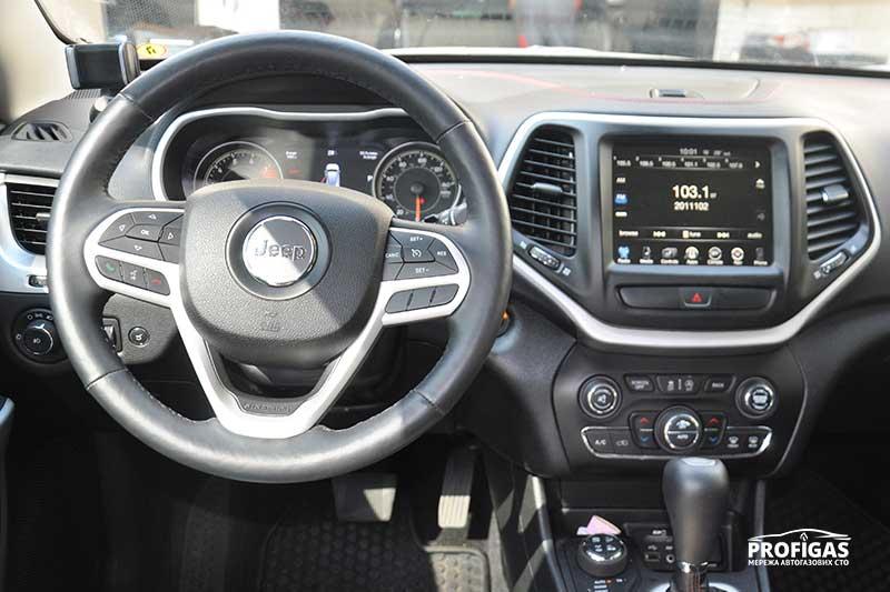 Jeep Cherokee: переключатель бензин/газ в салоне.Jeep Cherokee: перемикач бензин/газ в салоні.