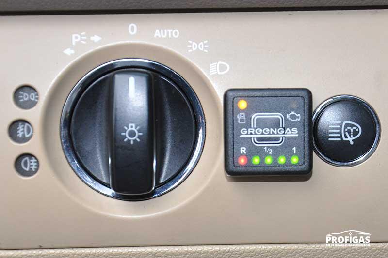 Mercedes ML63 AMG: удобное расположение и четкая индикация всех режимов.Mercedes ML63 AMG: зручне розташування і чітка індикація всіх режимів.