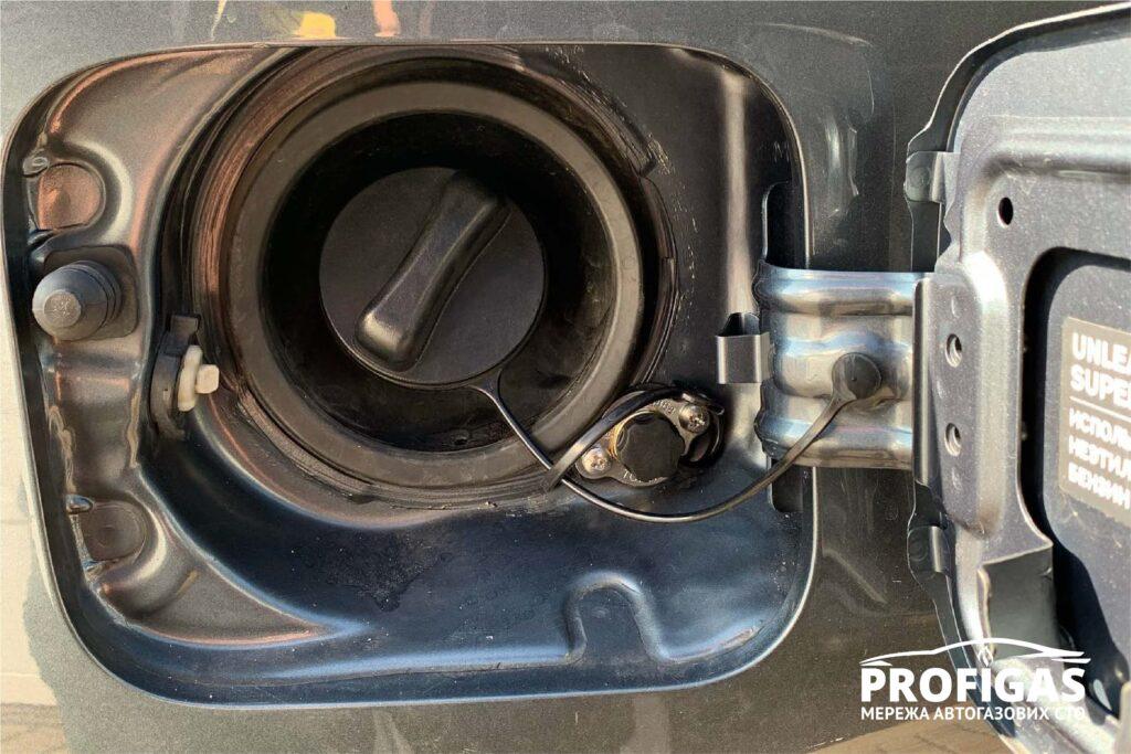 Infiniti M37: ВЗУ установлен в бензо-заправочный люк.Infiniti M37: ВЗУ встановлений в бензо-заправний люк.
