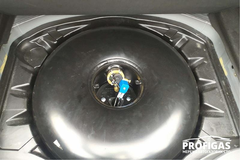 Mercedes S 500: газовый тороидальный баллон на 65 литров GREENGAS. Mercedes S 500: газовий тороїдальний балон на 65 літрів GREENGAS.