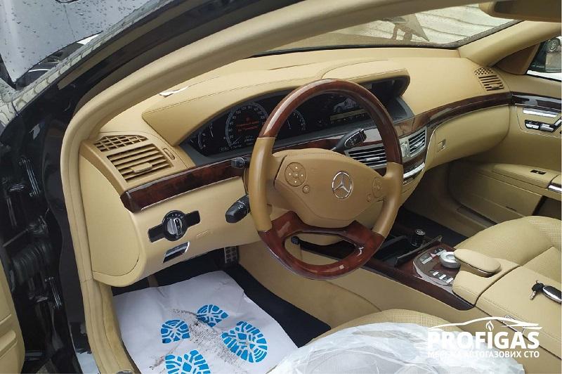 Mercedes S 500: переключатель между видами топлив в салоне. Mercedes S 500: перемикач між видами палив у салоні.