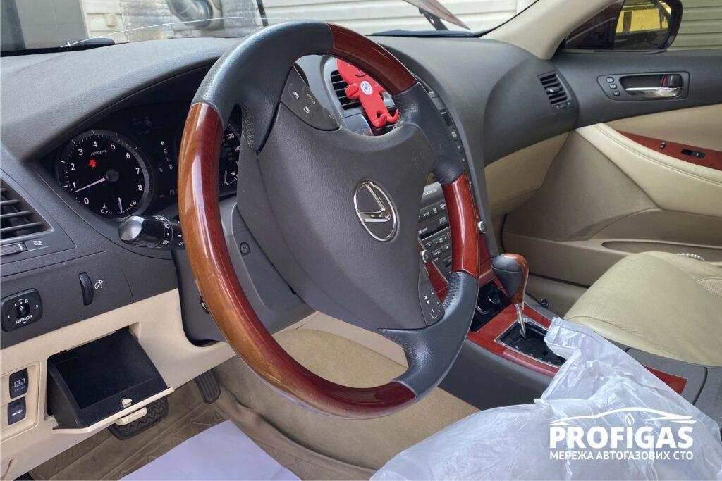 Lexus ES 350: установка кнопки газ/бензин в салоне. Lexus ES 350: встановлення кнопки газ/бензин в салоні .