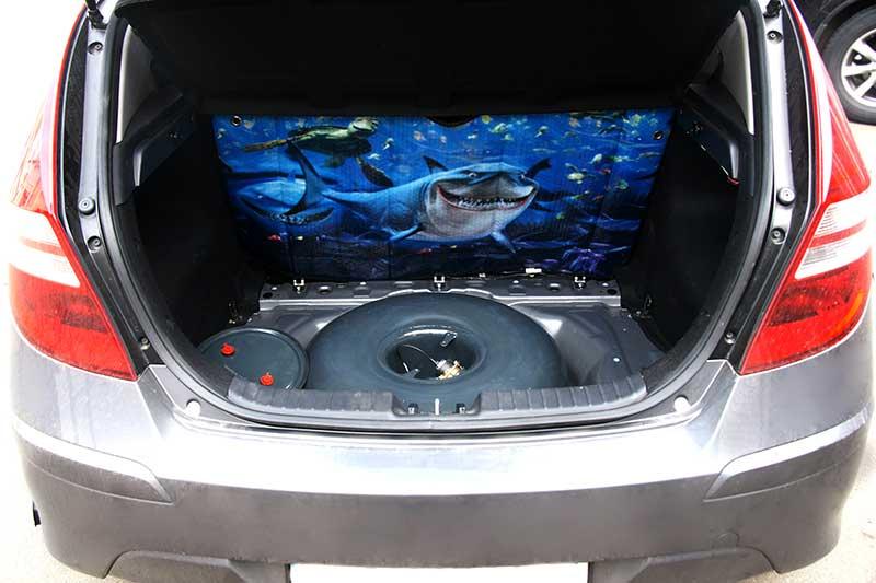 Hyundai i30: тороидальный баллон, установленный в нишу запасного колеса.Hyundai i30: тороидальний балон, встановлений в нішу запасного колеса.