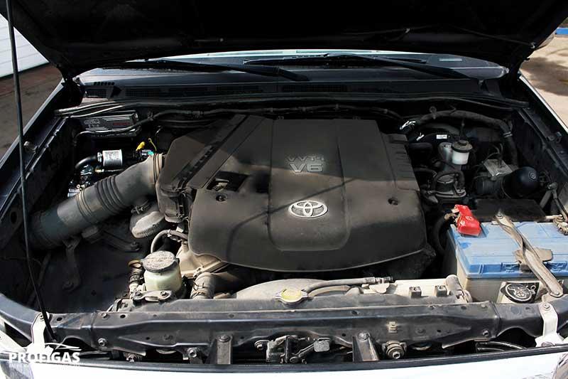 Для підкапотної частини ГБО, з врахуванням технічних характеристик двигуна даного автомобіля та побажань клієнта, підібрано варіант люкс-комплектації, який включає в себе електроніку STAG-300 ISA2 (Польща), редуктор Tomasetto (Італія) та форсунки HANA (Корея). Форсунки HANA – це високоякісні швидкісні форсунки з ресурсом роботи 200-250 тис. км.