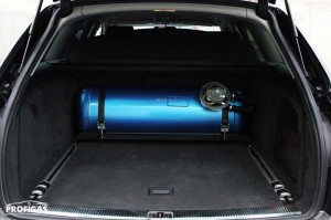 Audi A6: в багажник установили цилиндрический баллон.Audi A6: в багажник встановили циліндричний балон.